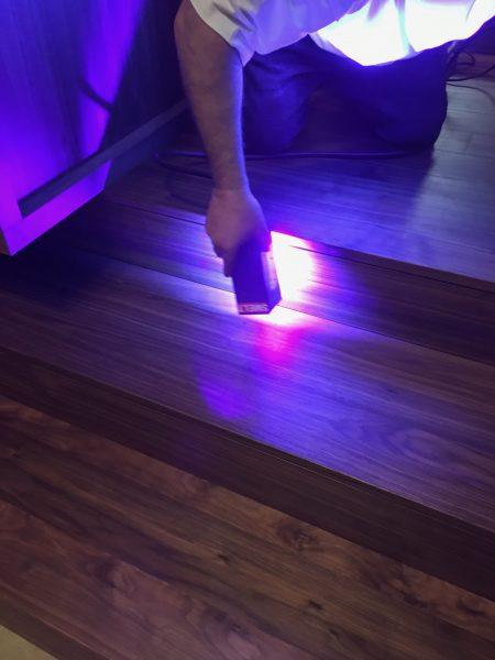 Séchage des escaliers à la lampe LED